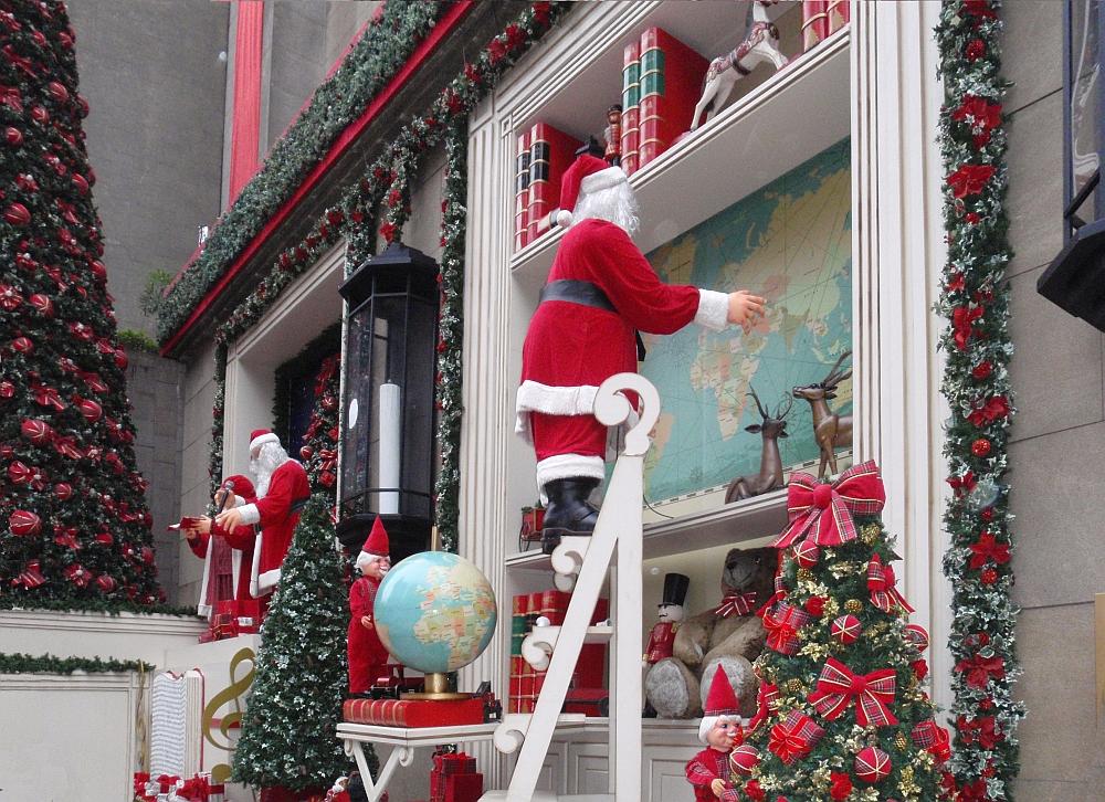 Animated Christmas vingette of Santa Claus outside a Sao Paulo bank.